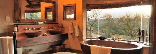 Lukimbi-Safari-Lodge-bathroom